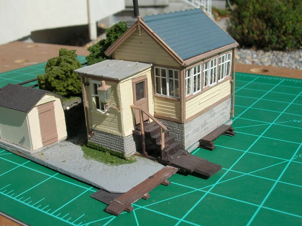 au-2305 Model Railway Kit Bashing - LH detail showing the added lobby.